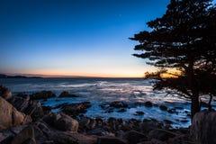 Sikt för Pescadero punktsolnedgång på längs berömt 17 mil drev - Monterey, Kalifornien, USA Royaltyfria Bilder