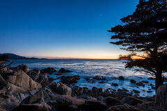 Sikt för Pescadero punktsolnedgång på längs berömt 17 mil drev - Monterey, Kalifornien, USA Royaltyfri Foto