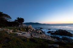 Sikt för Pescadero punktsolnedgång på längs berömt 17 mil drev - Monterey, Kalifornien, USA Royaltyfri Fotografi