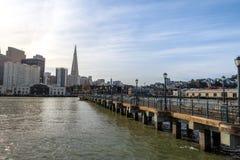 Sikt för pir 7 av i stadens centrum horisont - San Francisco, Kalifornien, USA royaltyfria foton