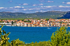 Sikt för Pirovac kuststadstrand royaltyfria bilder