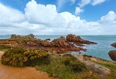 Sikt för Ploumanach kustvår (Brittany, Frankrike) Arkivfoto