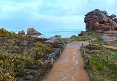 Sikt för Ploumanach kustvår (Brittany, Frankrike) Arkivbilder