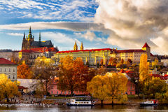Sikt för Prague höstlandskap till den helgonvitusdomkyrkan och slotten Arkivfoton