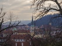 Sikt för Prague stadspanorama på gammal stad från gamla slottmoment med Royaltyfri Bild