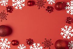 Sikt för röd bakgrund för jul bästa Semestra bollar för det nya året, dekorativa snöflingor för jul med ramen för design royaltyfri fotografi