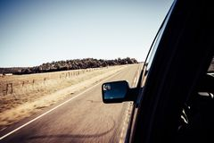 Sikt för rörelsesuddighet av vägen med bilen för sidospegel från inre royaltyfria foton