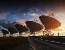 Sikt för radioteleskop på natten Royaltyfri Foto