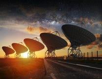 Sikt för radioteleskop på natten Arkivfoto