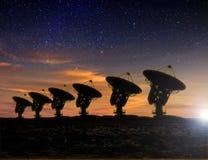 Sikt för radioteleskop på natten Royaltyfria Bilder