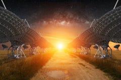 Sikt för radioteleskop på natten Arkivbilder