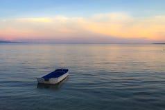 Sikt för Relaxin Filippinernasolnedgång med havet och ljus royaltyfria foton