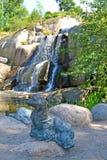 sikt för sapokka för rock för park för liggande för stadsfinland kotka En skulptur av en skyddsremsa mot bakgrunden av Putouskall Royaltyfri Bild