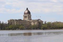 Sikt för Saskatchewan lagstiftande församlingNE över Wascana sjön Regina Canada Arkivbild