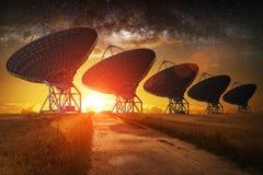Sikt för satellit- maträtt på natten Arkivbilder