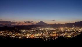 Sikt för scape för Hadano stadsnatt med berget Fuji Arkivfoto