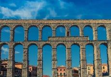 Sikt för Segovia Aquaduct väggbaksida royaltyfri fotografi