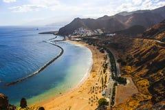 Sikt för semesterort för stad för by för berg för strandTenerife Sommar Playa de Las Teresitas Atlantic Ocean landskap royaltyfria foton