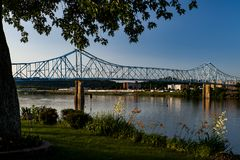 Sikt för sen afton av den historiska Ironton-Russell bron - Ohio River - Ohio & Kentucky Royaltyfri Fotografi