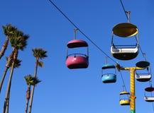 Sikt för sen eftermiddag av den färgrika gondolen med blå himmel och palmträd i Santa Cruz, Kalifornien royaltyfria foton