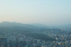 Sikt för Seoul stadsgata från överkant i sommar Royaltyfri Foto
