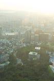 Sikt för Seoul stadsgata från överkant i sommar Royaltyfria Foton
