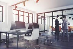 Sikt för sida för öppet utrymmekontor tonad inre Arkivfoton