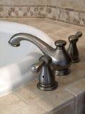 sikt för sida för badkarvattenkran lyxig Royaltyfria Bilder