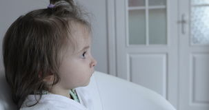 sikt för sida 4K Hållande ögonen på TV för älskvärd ledsen flicka hemma stock video