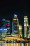 Sikt för Singapore stadshorisont av affärsområdet i nattsi Fotografering för Bildbyråer