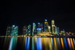 Sikt för Singapore stadshorisont av affärsområdet i nattsi Arkivbilder