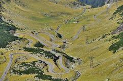 Sikt för slingrig väg för Transfagarasan berg Arkivfoton