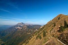 sikt för smal bana för berg scenisk Arkivfoton