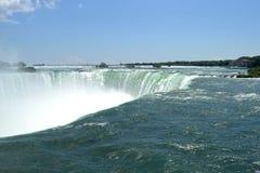 Sikt för solig dag från den storartade Niagara nedgången Arkivbilder