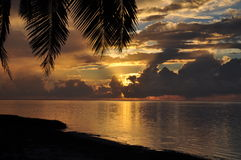 sikt för solnedgång för aitutakikocköar arkivbild