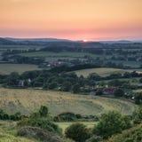 Sikt för solnedgång för landskapbildsommar över engelsk bygd Fotografering för Bildbyråer