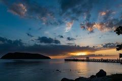 Sikt för solnedgång för sommartid på den tropiska ön Arkivbild