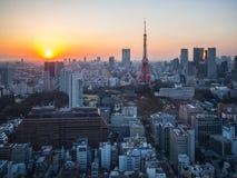 Sikt för solnedgångTokyo torn från World Trade Centerobservatoriet arkivfoton