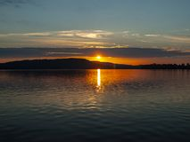 Sikt för soluppgång för reflexioner för rött vatten kust- australasian royaltyfri fotografi