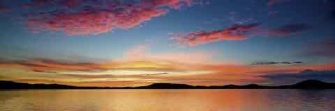 Sikt för soluppgång för storartat rosa färgmoln kust- australasian arkivfoton