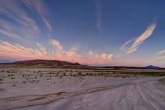 Sikt för soluppgångsolnedgångberg över den Altiplano öknen Atacama Boli royaltyfri fotografi