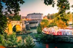 Sikt för sommar för för aftonskymningRome flod och bro italy Arkivbild
