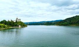 Sikt för sommar för Niedzica slott (eller den Dunajec slotten) (Polen). Arkivfoto