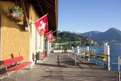 Sikt för sommardag av den Vitznau fartygpir på sjön Lucerne, Lucerne, Schweiz Schweizarepasserandepassageraren kan gå upp till Ri royaltyfri foto