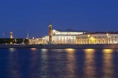 Sikt för sommarnatt på börsen och de Rostral kolonnerna i St Petersburg royaltyfria bilder