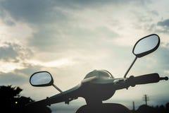 Sikt för sparkcykelhanddlehimmel Fotografering för Bildbyråer