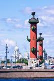 sikt för st för saint för fartygkanalpetersburg flod Rostral kolonner i solig dag Arkivbilder