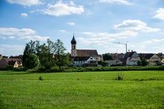 Sikt för stad för panorama för DÃ-¼rrwangen i Franconia, Bayern på Tyskland för blå himmel royaltyfria foton