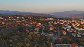 Sikt för stad för Uzhhorod Ukraina Europa liten stad panorama- på solnedgången stock video