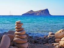 Sikt för stenig strand och öpå Milos Island, Grekland Arkivfoto